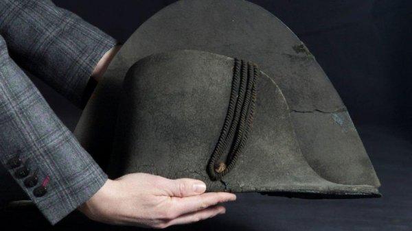 Napolyon un Waterloo Savaşı dan geriye kalan şapkası #4